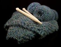 Tricotage dans un panier Photographie stock libre de droits