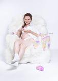 Tricotage de femme enceinte Photos libres de droits