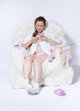 Tricotage de femme enceinte Image stock