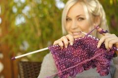 Tricotage de femme extérieur Photographie stock libre de droits