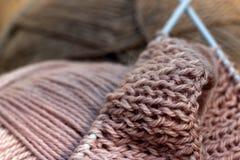 Tricotage de la laine rose photographie stock libre de droits