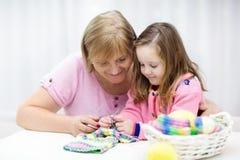 Tricotage de mère et d'enfant Usage de Knit Métiers avec des enfants Images libres de droits