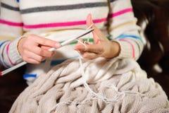 Tricotage de mains du ` s de femmes Fermez-vous vers le haut du tricotage de mains Processus du tricotage photographie stock