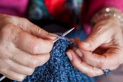 Tricotage des mains des femmes Image libre de droits