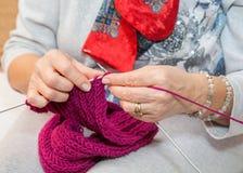 Tricotage des mains des femmes Photos libres de droits