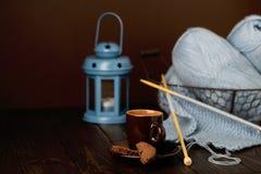 Tricotage du fil bleu-clair Cuvette de café et de biscuits Images libres de droits