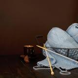 Tricotage du fil bleu-clair Cuvette de café et de biscuits Photo stock