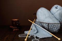 Tricotage du fil bleu-clair Cuvette de café et de biscuits Image libre de droits