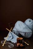 Tricotage du fil bleu-clair Cuvette de café et de chocolats Photographie stock
