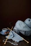 Tricotage du fil bleu-clair Cuvette de café et de chocolats Image libre de droits