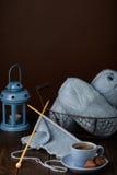 Tricotage du fil bleu-clair Cuvette de café et de chocolats Photos libres de droits