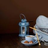 Tricotage du fil bleu-clair Cuvette de café et de chocolats Image stock