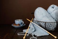 Tricotage du fil bleu-clair Cuvette de café et de chocolats Photographie stock libre de droits
