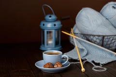 Tricotage du fil bleu-clair Cuvette de café et de chocolats Photos stock