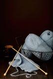 Tricotage du fil bleu-clair et d'une tasse de café Image stock