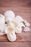 Tricotage du fil et des boules blancs Photographie stock libre de droits