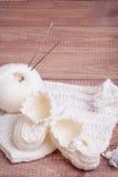 Tricotage du fil et des boules blancs Image libre de droits