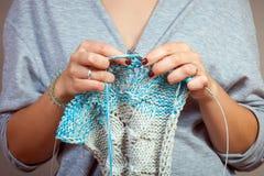 Tricotage en gros plan de femme Photographie stock libre de droits