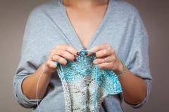 Tricotage en gros plan de femme Photographie stock