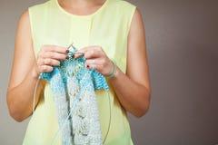 Tricotage en gros plan de femme Photos stock