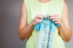 Tricotage en gros plan de femme Photo libre de droits