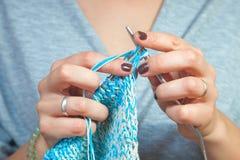 Tricotage en gros plan de femme Photos libres de droits