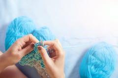 Tricotage en gros plan de femme Image stock