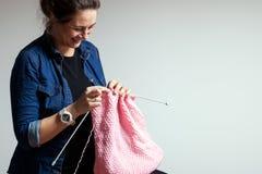 Tricotage enceinte de femme images libres de droits