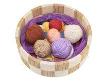 Tricotage et accessoire dans un panier en bois Photo libre de droits