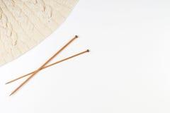 Tricotage et paires d'aiguilles de tricotage en bois sur le fond blanc Photos libres de droits