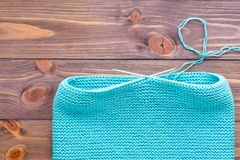 Tricotage inachevé du snud sur les aiguilles de tricotage circulaires Photo stock
