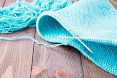 Tricotage inachevé sur les aiguilles de tricotage circulaires Photographie stock libre de droits
