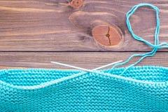 Tricotage inachevé sur les aiguilles de tricotage circulaires Images libres de droits