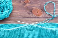 Tricotage inachevé sur les aiguilles de tricotage circulaires faites de fil image libre de droits