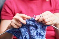 tricotage mains femelles avec l'aiguille et le fil Image stock