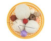 Tricotage, outils et accessoire dans un panier en plastique Photographie stock