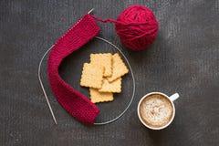 Tricotage, tasse de café et cinq biscuits Images libres de droits