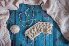 Tricotant avec le fil de laine blanc, tricotant avec des tresses Photos libres de droits