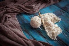 Tricotant avec le fil de laine blanc, tricotant avec des tresses Image libre de droits