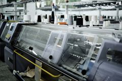 Tricotant et machines de tissage Images stock