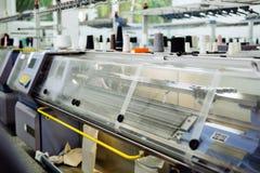 Tricotant et machines de tissage Photographie stock