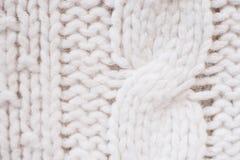Tricotez la texture du tissu tricoté par laine blanche avec le modèle de câble comme fond photos libres de droits