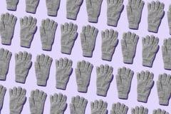 Tricotez les gants d'hiver photographie stock libre de droits