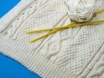 Tricots avec des tricoter-pointeaux et une bille des laines image libre de droits