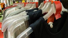 Tricots avec l'étiquette vide rouge dans un magasin de sports à Eskisehir Image stock