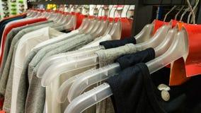 Tricots avec l'étiquette vide rouge dans un magasin de sports à Eskisehir Images libres de droits