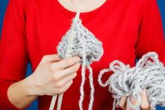 Tricottando del filato di lana Fotografie Stock Libere da Diritti