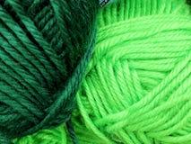 Tricottando lana e una palla di lana - come concetto dell'hobby e della creatività fatti a mano Filo colorato della lana in una p Immagini Stock