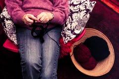 Tricottare della donna anziana Immagini Stock Libere da Diritti