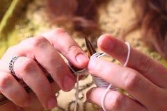 Tricottare delle mani della donna Fotografia Stock Libera da Diritti